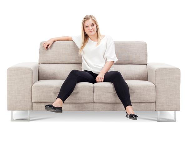 dang tay chân trên ghế sofa
