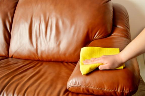 vệ sinh sofa da qua mùa nồm